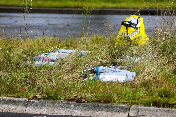De politie toverde zeker tien lachgasflessen uit het wrak tevoorschijn.
