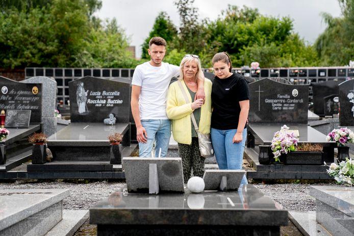 Thibault et Flavie avec leur grand-mère Myriam sur la tombe de leur mère Maud.