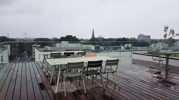 Dakterras van nieuw gebouw R10 van Fontys Hogescholen op de campus aan de Rachelsmolen in Eindhoven.