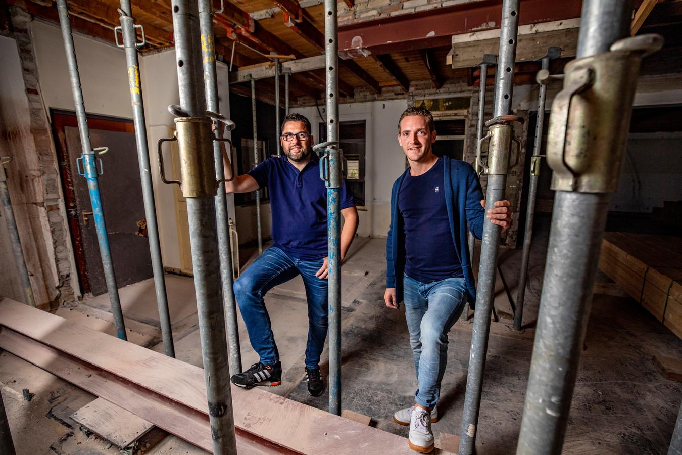 Sander Wehrmeijer (l) en Gert-Jan Blom openen begin 2021 een kroeg annex grandcafé in het voormalige pand van Webcompanies Store.