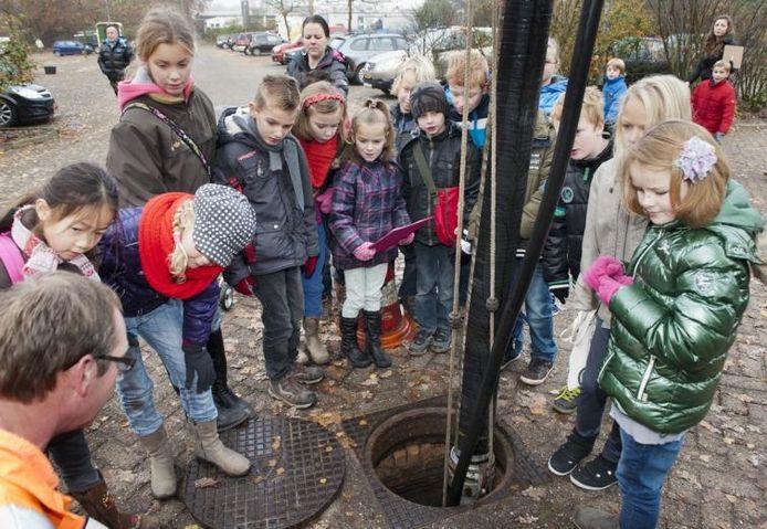 De kinderen konden ook een blik in het riool werpen. foto Ruben Schipper