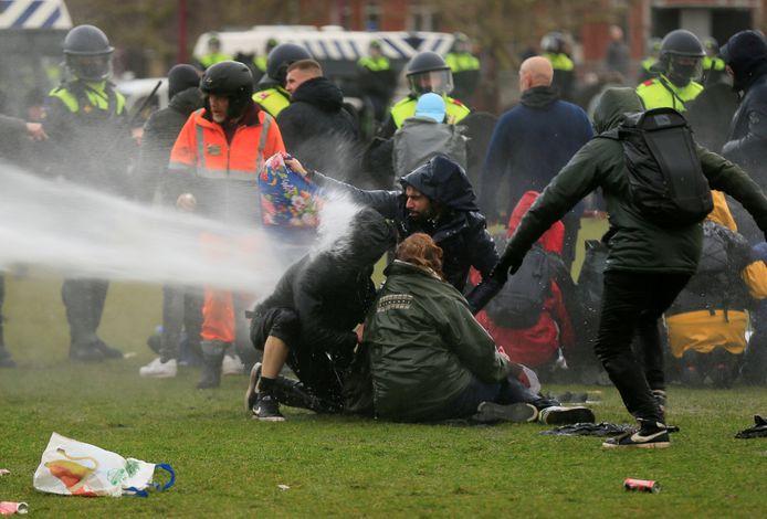 Betogers en politie op het Museumplein in Amsterdam.