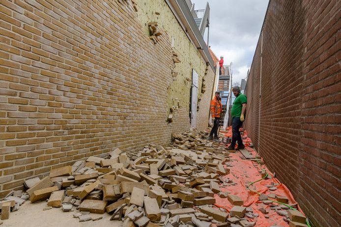 Als speelgoedblokken vallen de gevelstenen van de muren van het nieuwe complex The Residence.