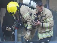 Brandweer redt kittens bij woningbrand, vrouw ademt te veel rook in