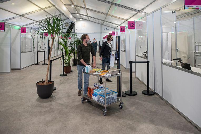 In de XL-vaccinatiestraat in Assen wordt proefgedraaid voor de aanstaande vaccinatiegolf.  Beeld Harry Cock /  de Volkskrant