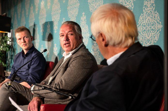 Talkshow Spraakvermaak opende in De Gouden Leeuw in Terheijden het vijftiende seizoen met onder meer NAC-directeur Mattijs Manders (midden), die werd geïnterviewd door presentatoren Tim Simons (links) en Dik van Beest (rechts).