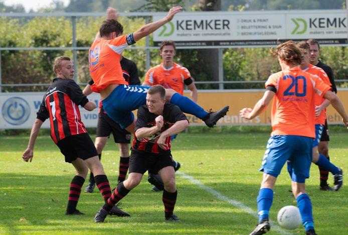 Beesd (roodzwarte tenues) won met 4-1 van buurman Rhelico.