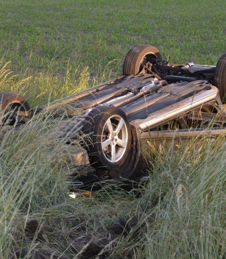 Auto belandt op kop na botsing met andere auto in Ulvenhout