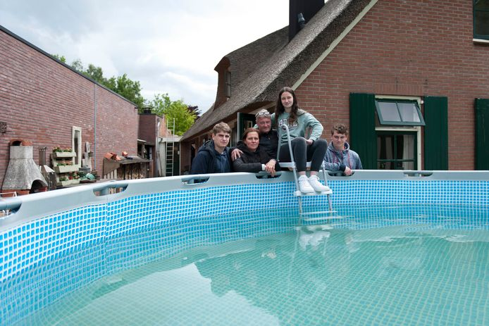 De familie Coers, een dag na de verwoestende cafébrand naast hun huis. Zonder het water uit hun grote zwembad ging hun huis ook in vlammen op.