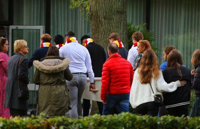 Vrienden en familie dragen de kist naar de herdenkingsdienst.