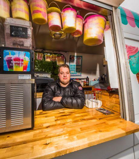 Al een jaar geen kermis, toch is Dennis (28) uit Enschede een beetje gelukkig in zijn zwervende IJsbus
