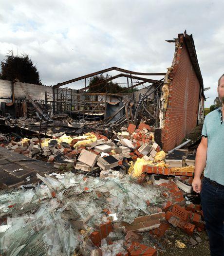 Maickel zit thuis nadat hij zijn bouwbedrijf in vlammen zag opgaan: 'Heb alleen nog mijn bus'