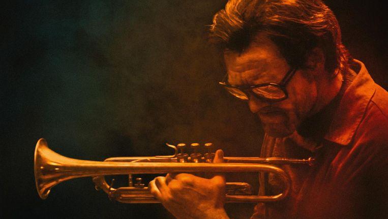 De Ierse muzikant en acteur Steve Wall vertolkt de rol van jazzicoon Chet Baker. Beeld Paff