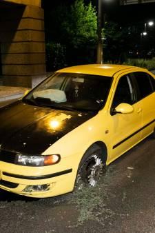 Automobilist onder invloed van drank en lachgas vliegt uit bocht en ramt middengeleider in Oranjewachtstraat