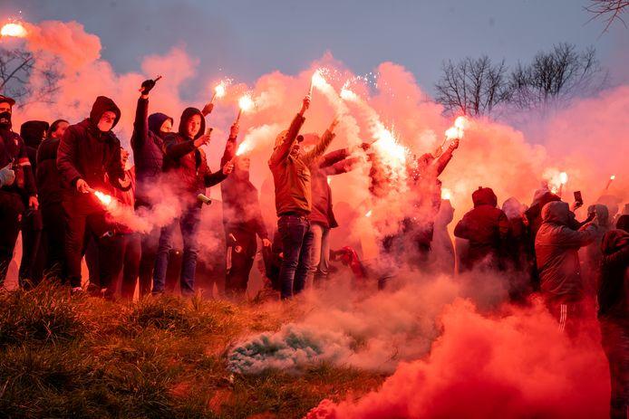 Vuurwerk tijdens de laatste Feyenoord-training voor de Klassieker tegen Ajax.