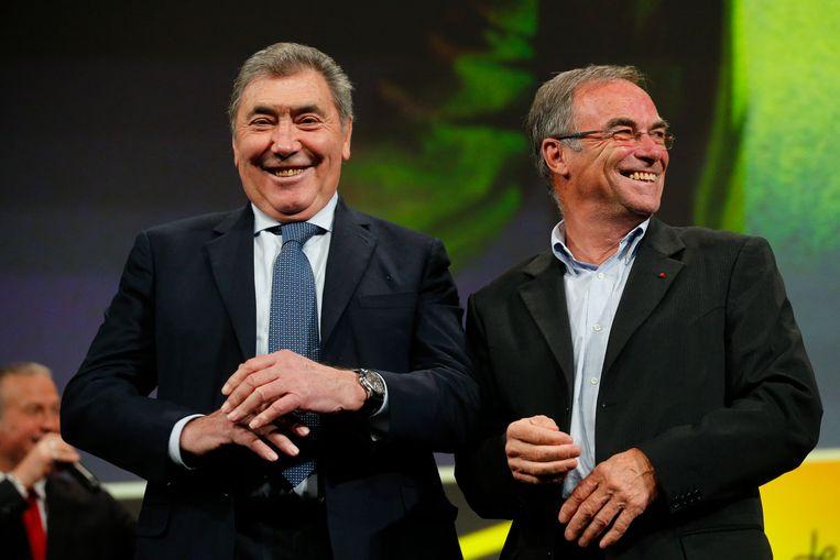 Twee grote meneren uit het Tourverleden: de Belg Eddy Merckx (links) en de Fransman Bernard Hinault. Tadej Pogacar zou van beide wielrenners karaktertrekjes vertonen.  Beeld AP
