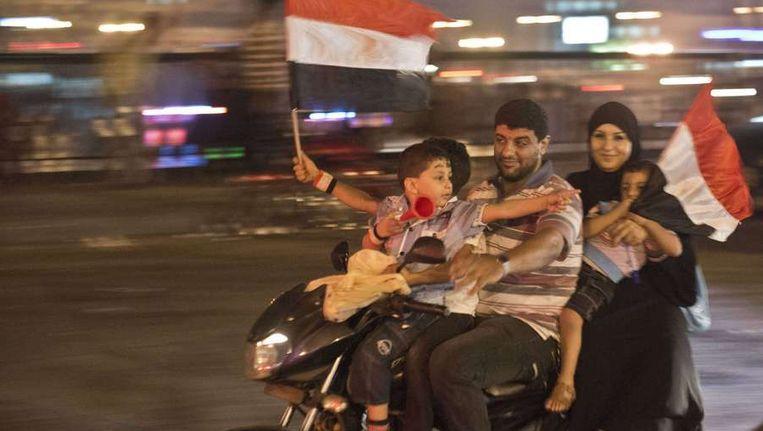 Een gezin in Caïro viert dat Morsi onder dwang is afgetreden. Beeld AFP