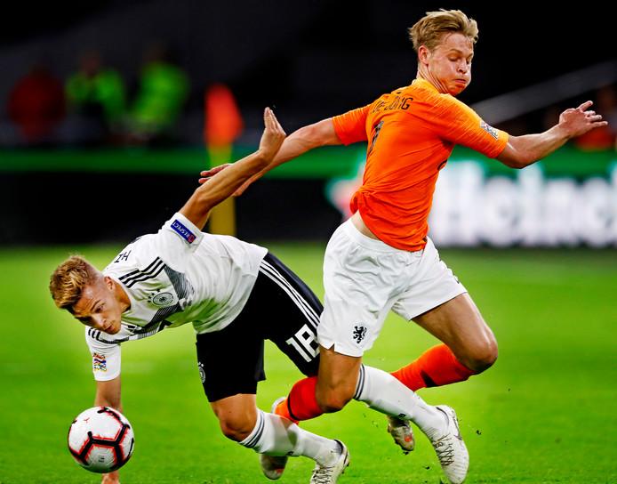 Frenkie de Jong zet Duitser Joshua Kimmich de voet dwars.