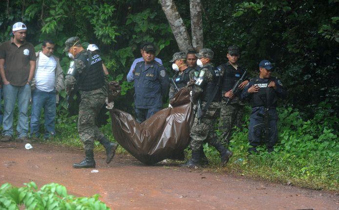 Soldaten dragen het lichaam van Miss Honduras weg.