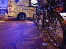 Jonge fietser ten val, auto rijdt door