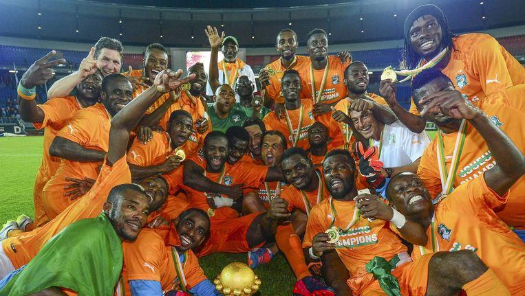 Dolle vreugdetaferelen bij Ivoorkust na het winnen van de Africa Cup met onderaan Barry Boubacar Copa die de trofee vasthoudt. Beeld EPA