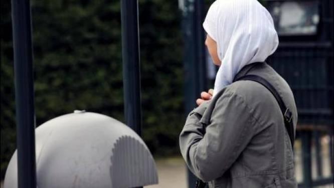 Nieuwe procedures ingeleid tegen hoofddoekenverbod