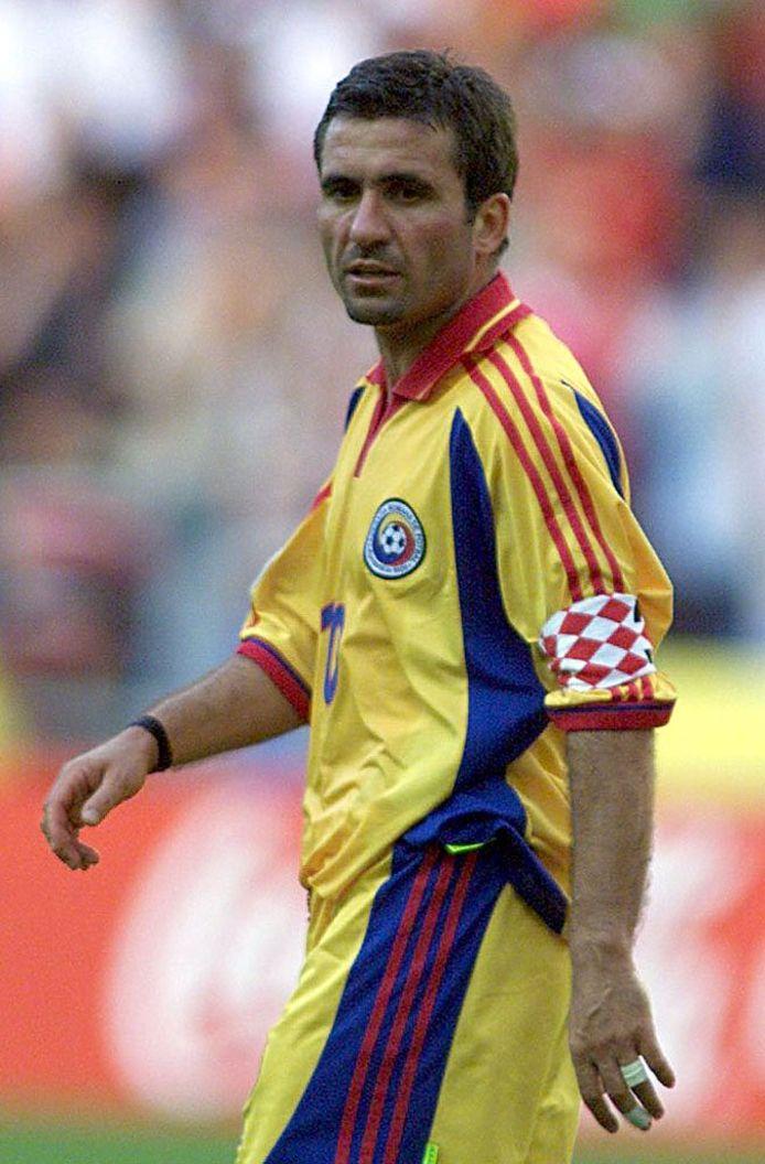 Gheorghe Hagi als kapitein van de Roemeense nationale ploeg.