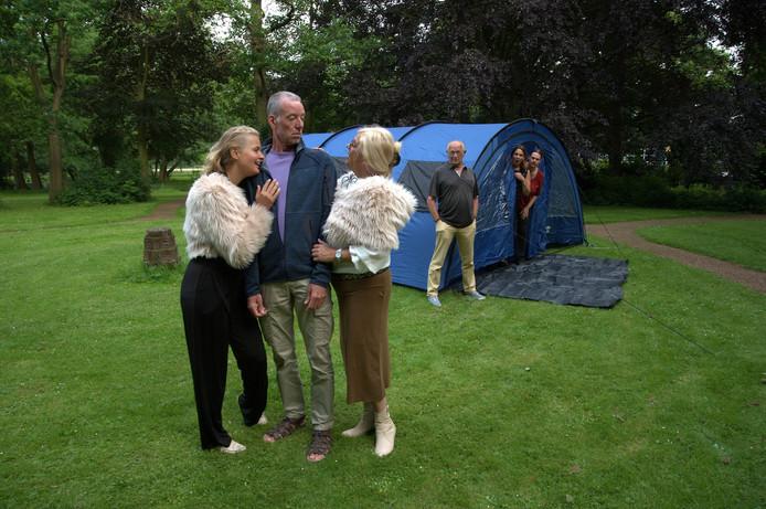 Vlnr: Anouk van den Broek, Hans Zijp, en Yvonne van der Hoek tijdens de repetities van 'Camping Parcksight'.