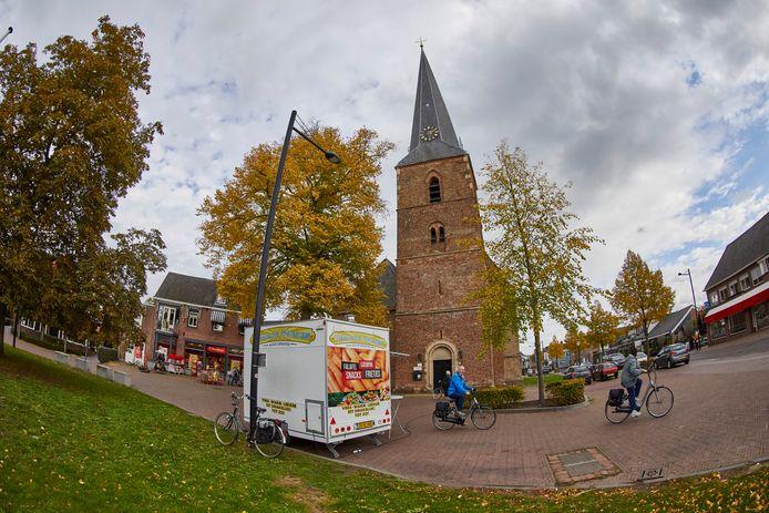 De eetkramen op het plein bij de Dorpskerk in Vorden - er staat er één per dag - hoeven voorlopig niet te verdwijnen.
