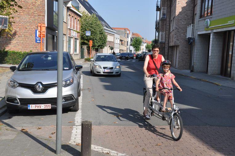 Fietsers in de Grotestraat in De Haan.