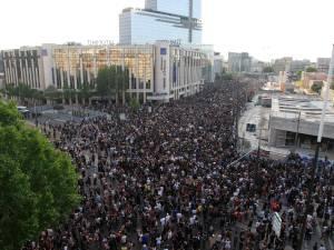 Des milliers de personnes manifestent contre les violences policières à Paris, des heurts éclatent