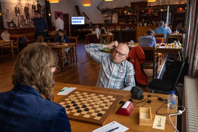 Alexander Baljakin krijgt in café Restaurant van Saaze in Kraggenburg stadgenoot Bart Terwel er niet onder en raakt vervolgens in de barrage zijn nationale titel kwijt.