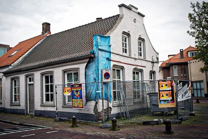 Inwoners van Gilze kenden café De Tip lange tijd aan het zeil en de hekken zoals op deze foto uit 2017. Na vijf jaar gaat het in de loop van dit jaar weer open.