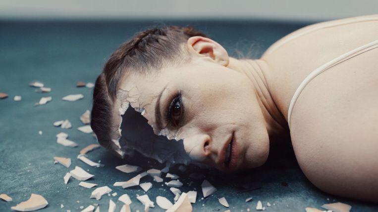 In de nieuwe psychologische thriller 'Tabula rasa' is Mie D'Haeze (Veerle Baetens), een jonge vrouw die kampt met geheugenverlies, de enige sleutel in een mysterieuze verdwijningszaak. Beeld © VRT 2017