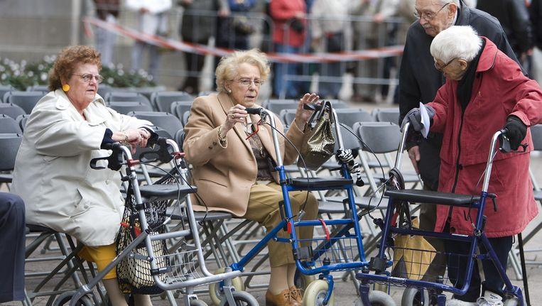 Ouderen en bejaarden met rollator. Beeld null