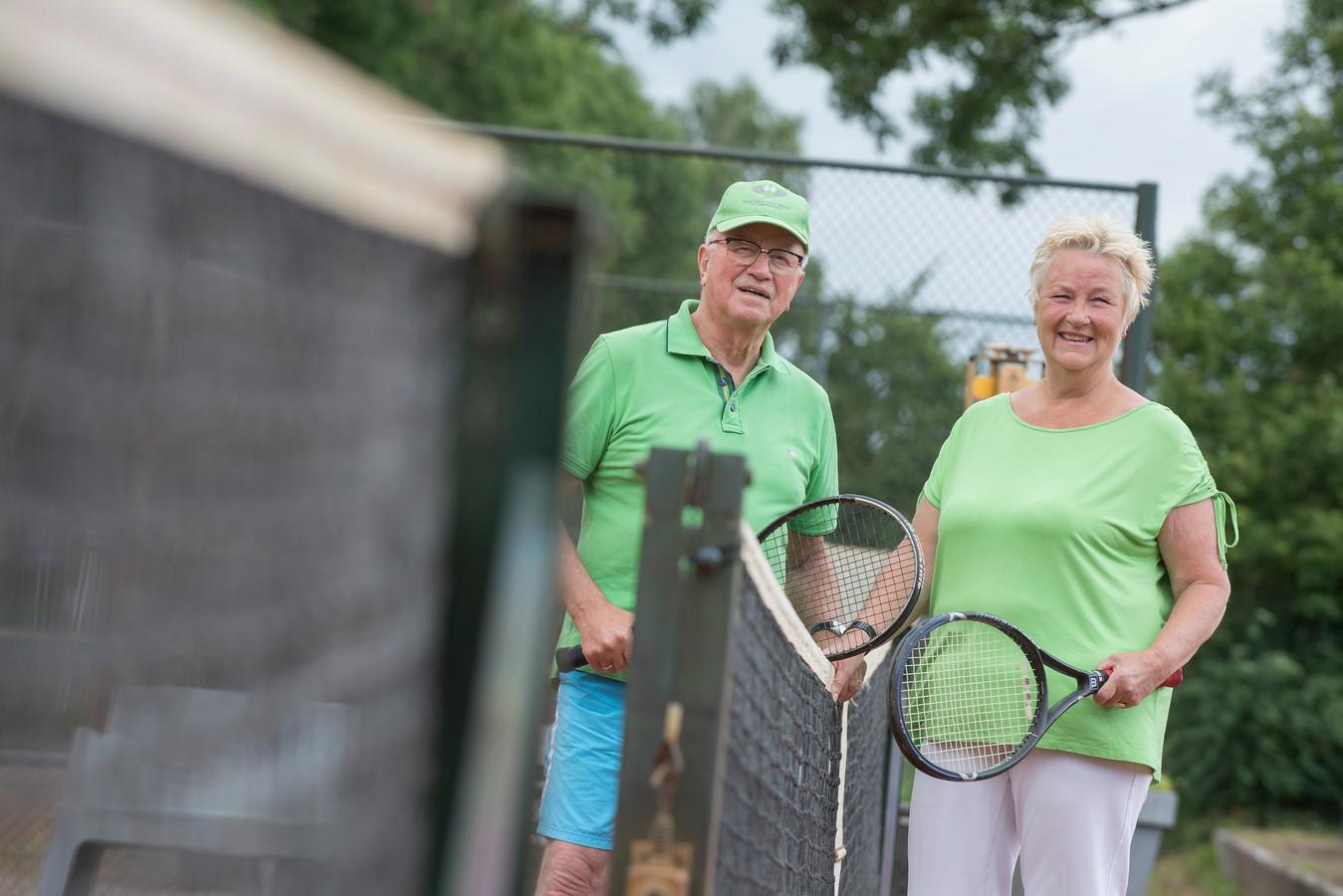 Marianne Schouten en Leen Louwenhoven gaan weer de tennisbaan op na een tennisarm coronajaar.