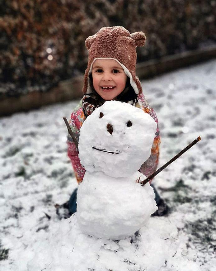Jozefien maakte in Aarschot toch een sneeuwman met het beetje sneeuw dat er viel.