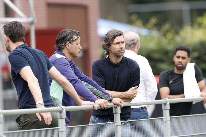 John de Jong en Ernest Faber, hoofd jeugdopleidingen bij PSV, sparren over het begin van het nieuwe seizoen.