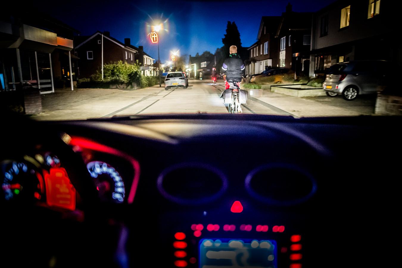 Deze fietser in het centrum van Driel is, met behulp van straatverlichting, goed te zien. Op de donkere Rijndijk is dat niet zo.