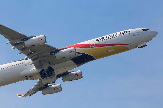 Un avion Air Belgium (Airbus A340) photographié à l'aéroport de Charleroi, avril 2018.