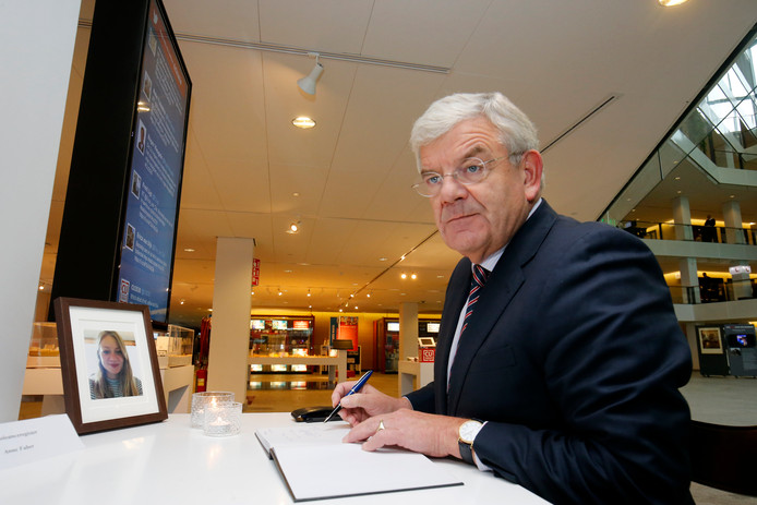 Burgemeester Jan van Zanen tekent als eerste het condoleanceregister van Anne Faber.