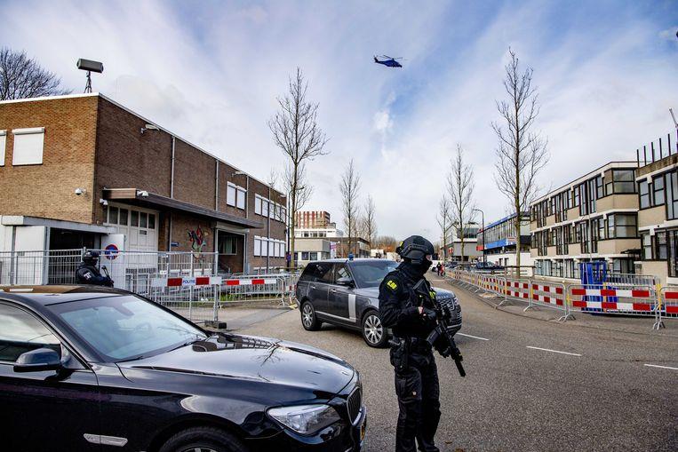 Met automatische wapens uitgeruste agenten bewaken een kruispunt de omgeving van de Bunker in Osdorp terwijl de omgeving vanuit een helikopter in de gaten wordt gehouden. Beeld ANP