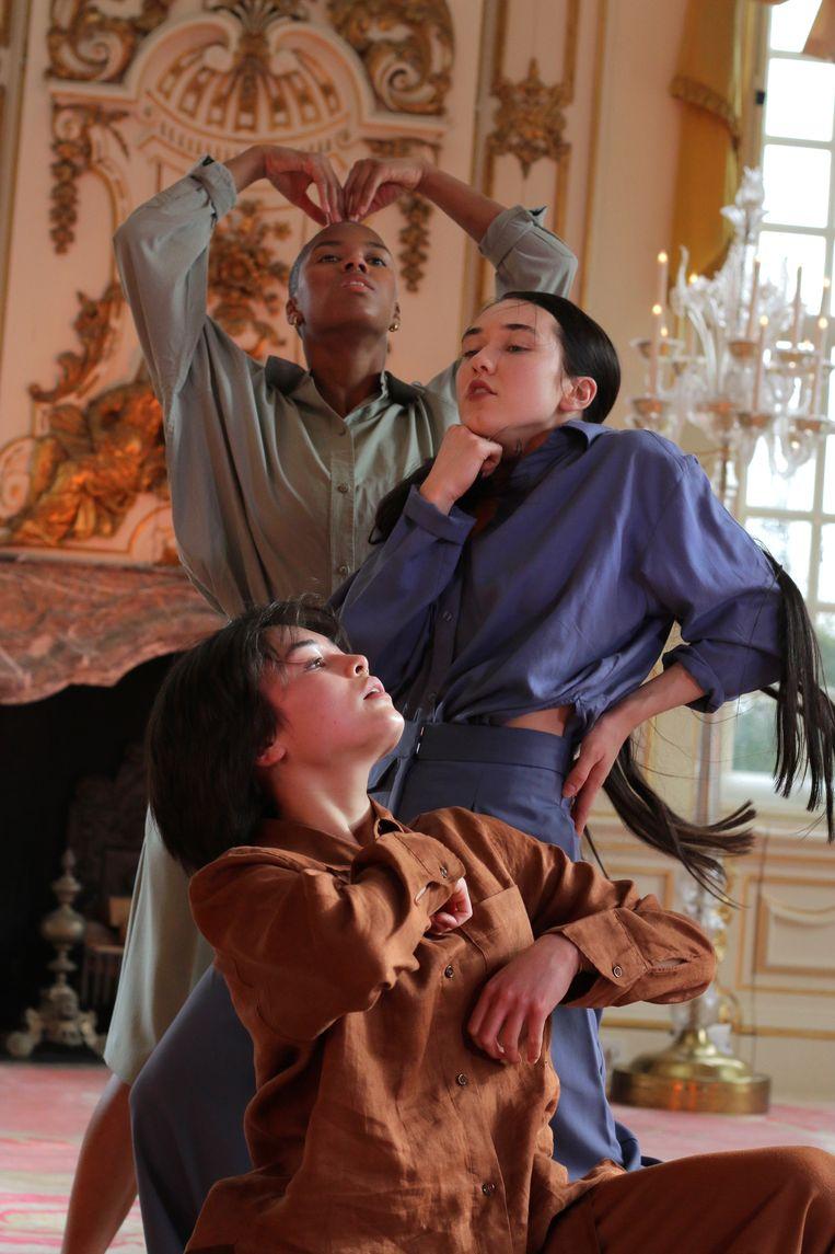Romee van de Meent (midden) in een door haar bedachte choreografie die werd gefilmd in Slot Zeist. Beeld Jan Kooijman