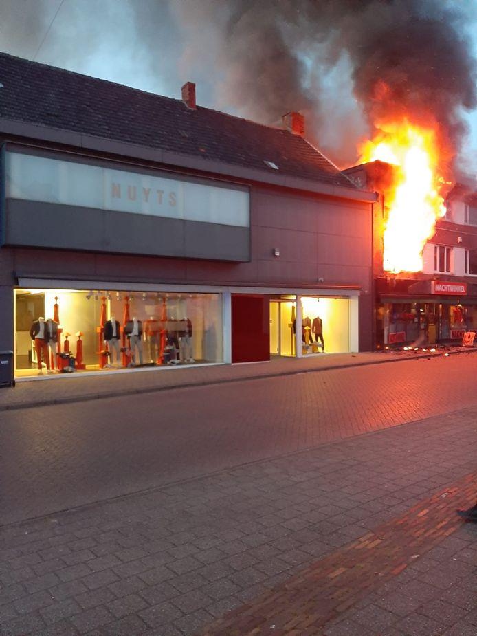 In de Veldstraat in Meerhout staat een nachtwinkel volledig in lichterlaaie.