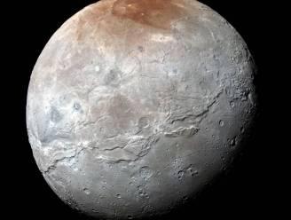Nooit eerder zagen we Pluto-maan Charon van zo dichtbij. En het is prachtig