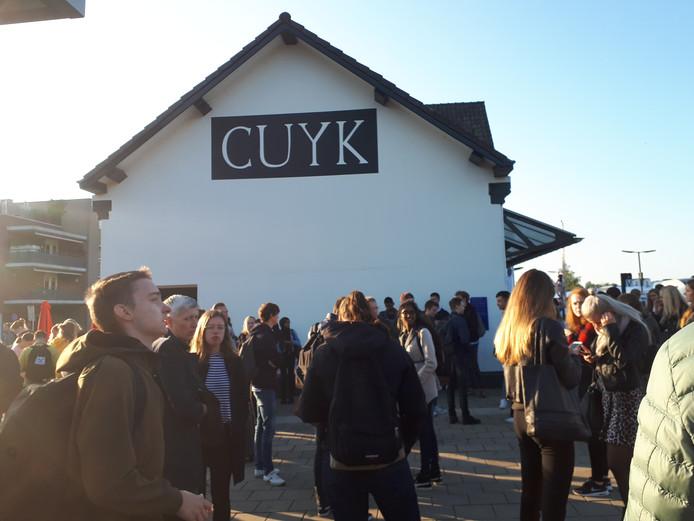 Wachtende reizigers op station Cuijk.