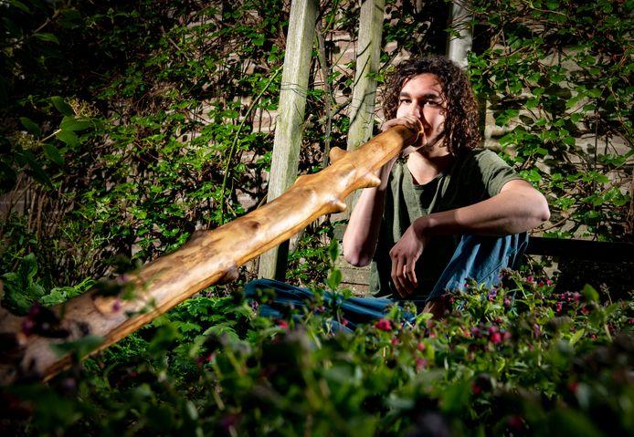 Floris van der Werf gaat in september studeren in Nijmegen. Hij zoekt geen studentenkamer, maar een stukje grond in/rond Nijmegen waar hij zijn yurt (een soort tent) kan neerzetten.