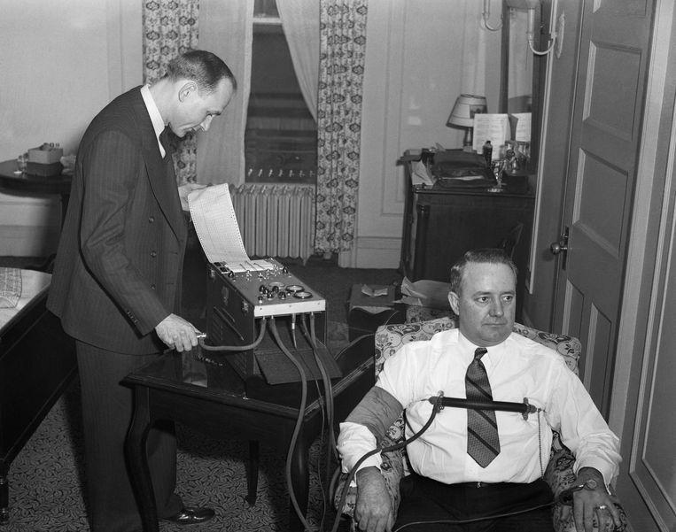 Demonstratie van een leugendetector. Beeld Bettmann Archive