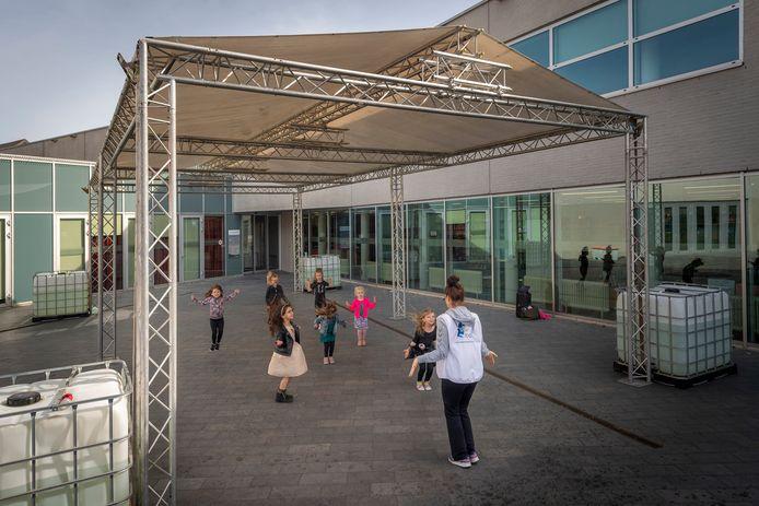 Met steun van de gemeente voor jeugdactiviteiten is er een tent gezet achter het gemeentehuis in Hoogerheide waar de Totally Dance Company in de semi-buitenlucht kan trainen voor hun dansuitvoering.