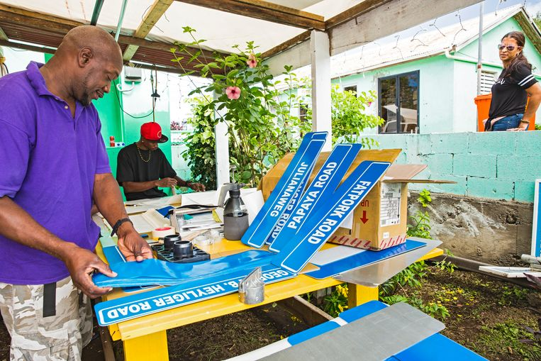 Eilandbewoner Shelton Serley heeft de opdracht binnengehaald om 600 straatnaambordjes te fabriceren en op hun plek te zetten. Beeld Sinaya Wolfert
